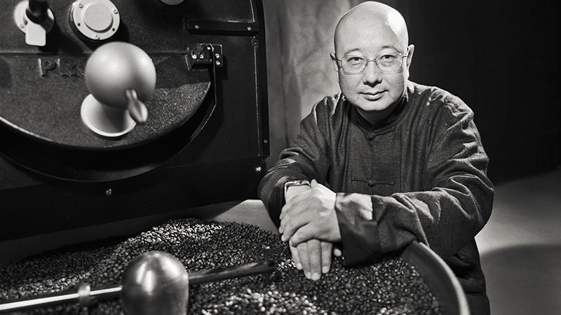 Bild eiens Chinesen vor einer Kaffeeröstmaschine