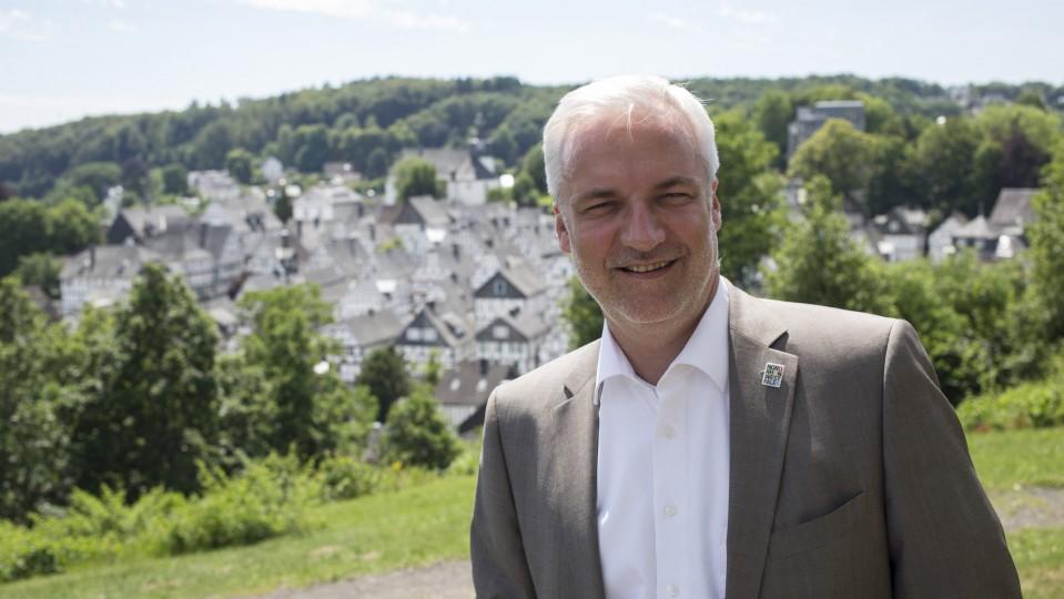 Wirtschaftsminister Garrelt Duin unterwegs auf der Tourismustour 2015. Im Hintergrund ist Freudenberg zu erkennen.