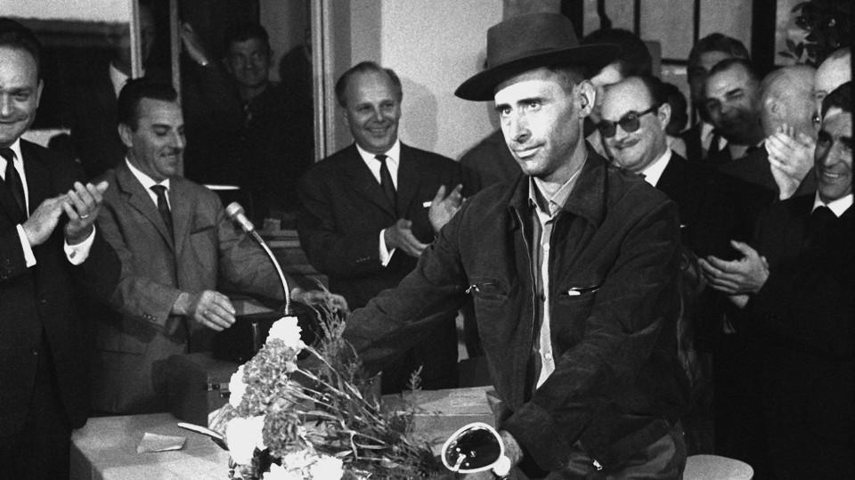 Das Bild zeigt den einmillionsten Gastarbeiter bei seiner Ankunft 1964 in NRW.