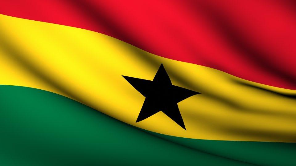 Die Nationalflagge von Ghana - der obere Streifen ist rot, der untere grün und der mittlere Streifen gelb mit einem schwarzen, fünfzackigen Stern in der Mitte.