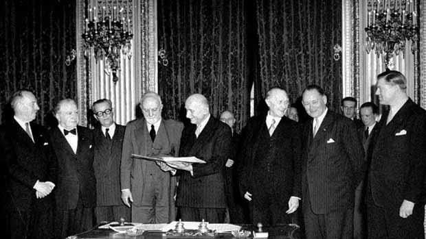 Das Bild zeigt die Unterzeichnung des Vertrags zur Gründung der Montanunion 1951