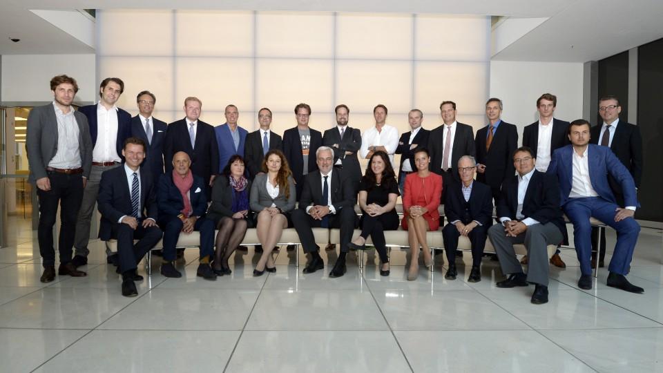 Das Bild zeigt ein Gruppenfoto des neuen Beirats der digitalen Wirtschaft NRW