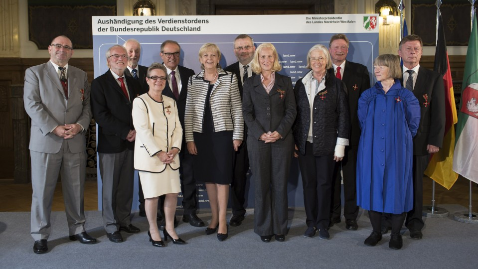 Gruppenfoto mit allen ausgezeichneten Personen und der Ministerpräsidentin