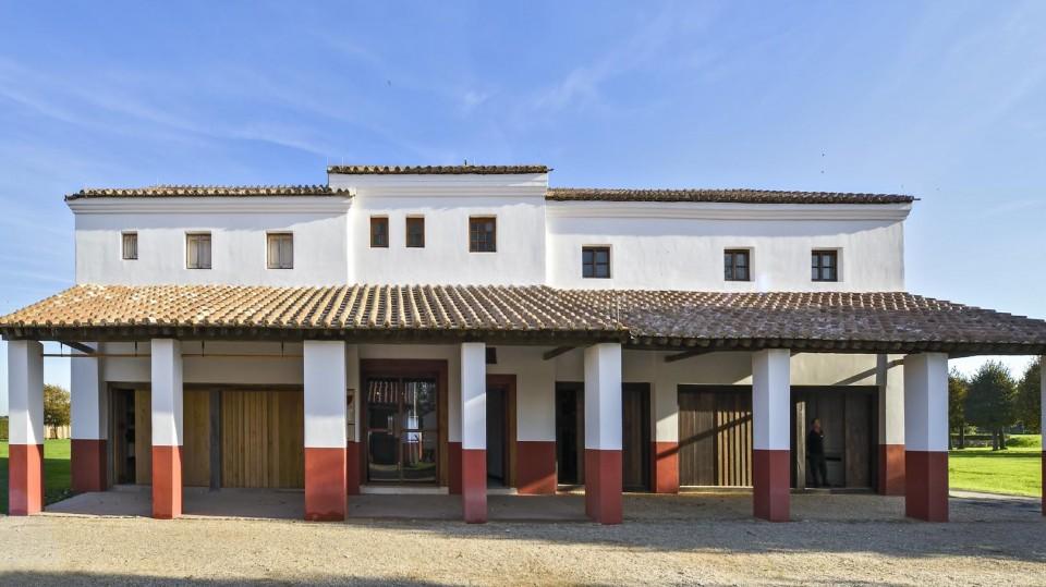 Das Bild zeigt ein rekonstruiertes antikes Haus im Archäologischen Park Xanten.