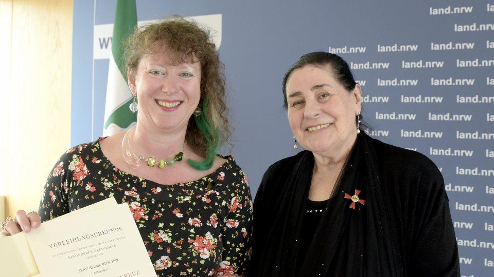 Staatssekretärin Andrea Milz ehrt Frau Helma Ritscher mit dem Bundesverdienstkreuz erster Klasse.