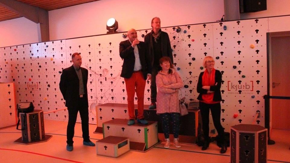 Staatssekretärin Andrea Milz mit Mitgliedern des Sportbundes Düren e.V. in einer Sporthalle.