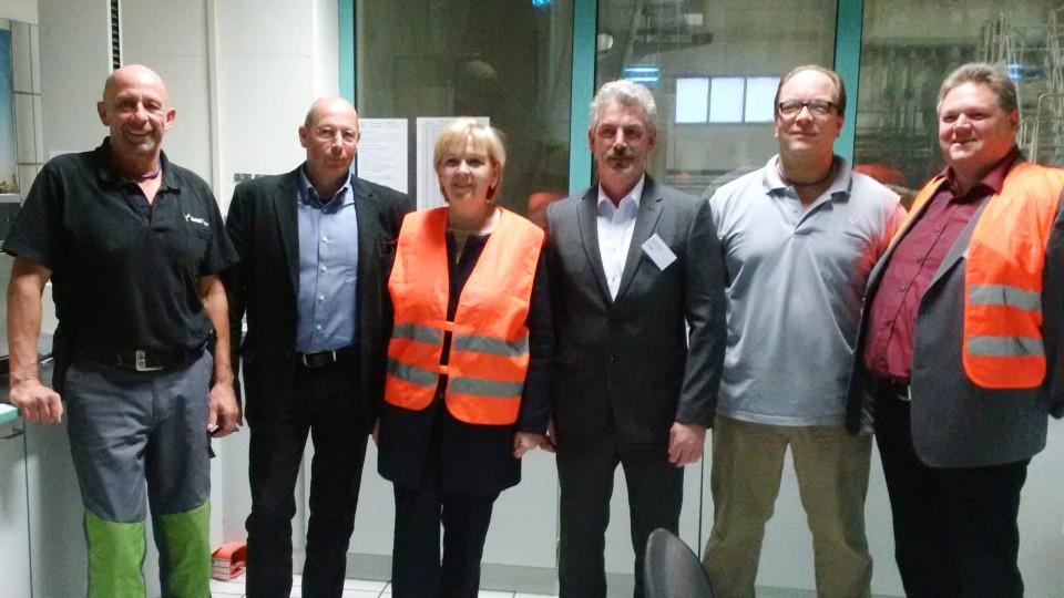 Ministerpräsidentin Kraft auf einem Gruppenfoto mit Vertretern der Metsä Tissue GmbH Kreuzau