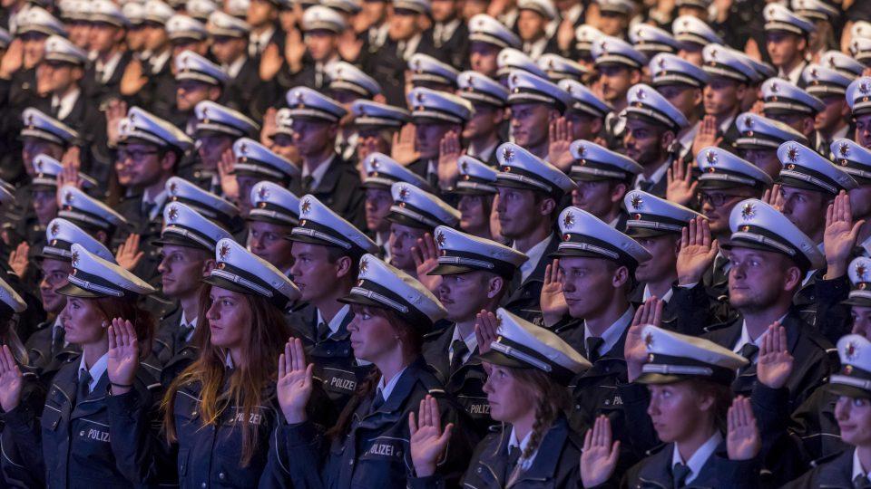 1.920 Polizistinnen und Polizisten des Einstellungsjahrgangs 2016 schwören in der Dortmunder Westfalenhalle ihren Eid auf die Landesverfassung.