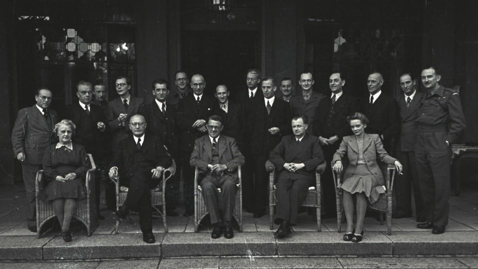 Das Bild zeigt das erste Kabinett des ersten NRW-Ministerpräsidentin Amelunxen