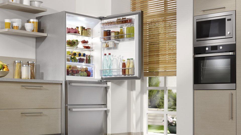 Ein offener Kühlschrank in einer Küche