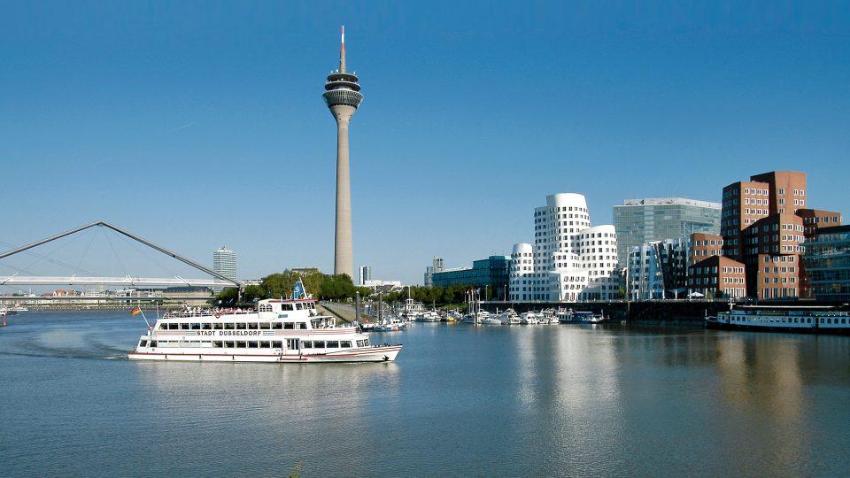 Blick auf Rheinturm und Kniebrücke