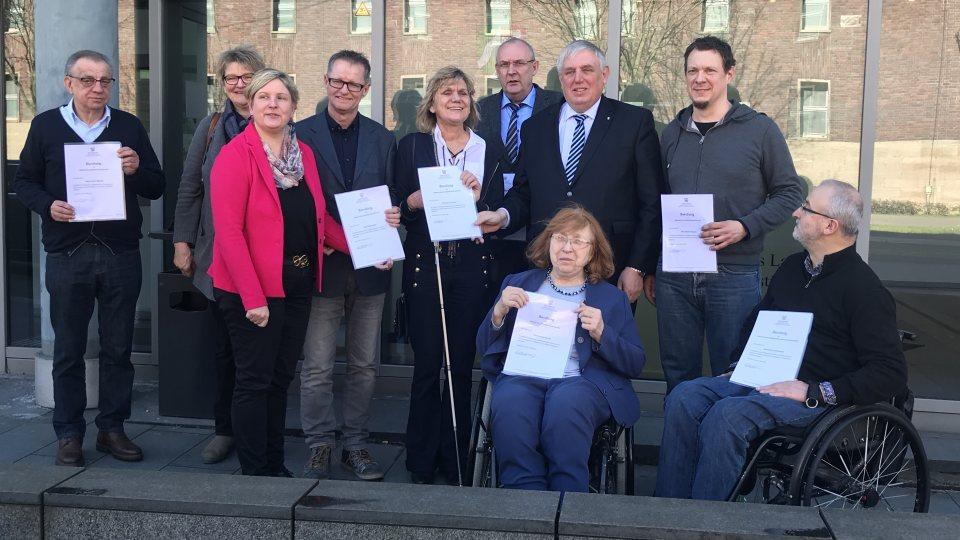 Der Landesbehindertenbeirat mit der Landesbehindertenbeauftragten Claudia Middendorf und Gesundheitsminister Karl-Josef Laumann als Gast.
