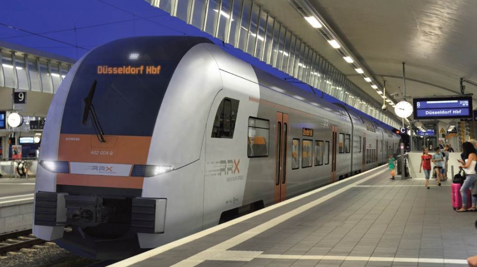 RXX-Zug bei Einfahrt in Bahnhof