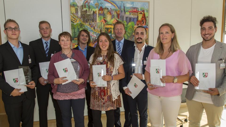 Das Foto zeigt Innenminister Jäger und acht mutige Bürgerinnen und Bürger, die für ihr Engagement von Minister Jäger ausgezeichnet wurden.