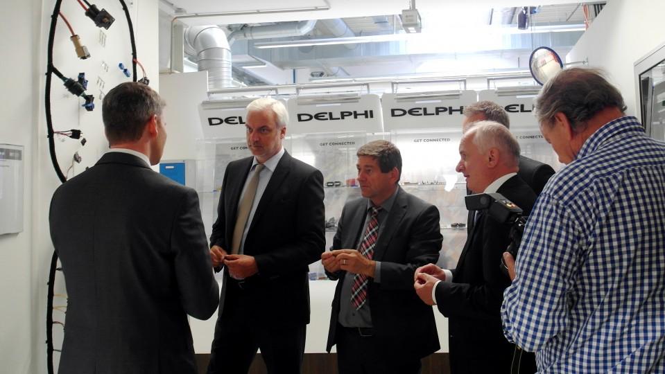 Das Foto zeigt Wirtschaftsminister Garrelt Duin beim Rundgang in der Firma Delphi Automotive in Wuppertal.