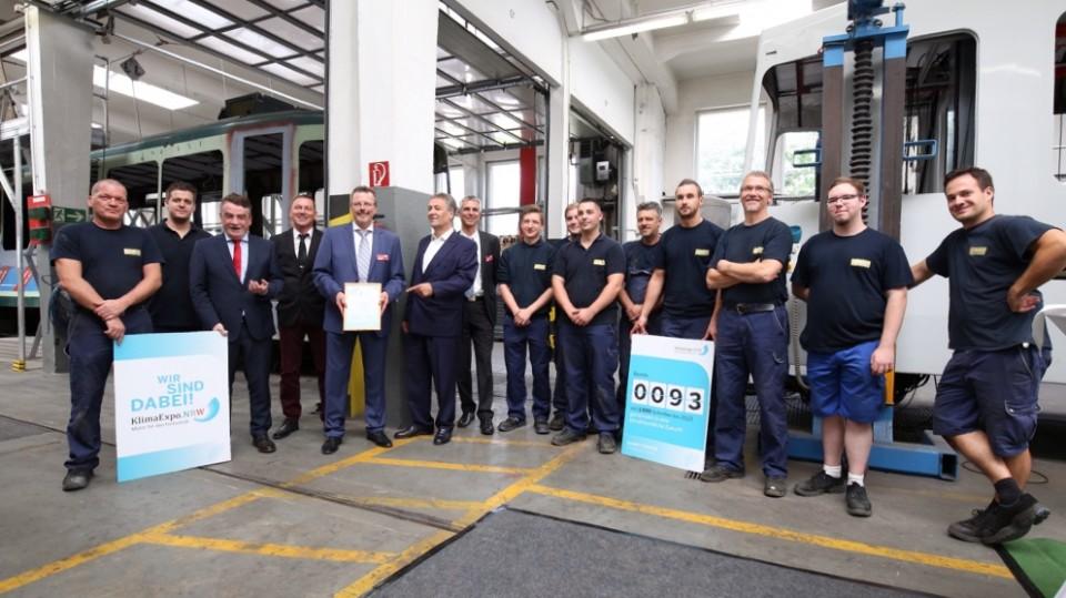 Minister Groschek und Heinz-Jürgen Reining mit dem Werkstattteam der SWB
