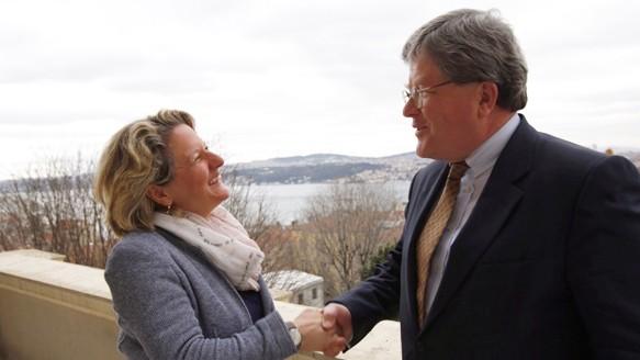 Wissenschaftsministerin Svenja Schulze wird zu Beginn der Reise in Istanbul vom Ständigen Vertreter im deutschen Generalkonsulat, Dr. Phillip Deichmann, begrüßt.