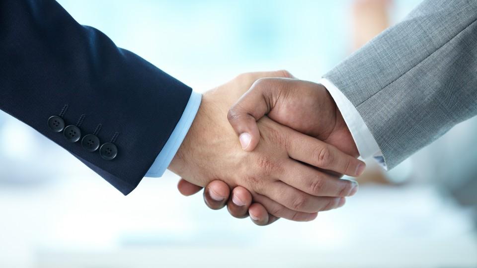Bild zeigt zwei Hände bei einem Handschlag