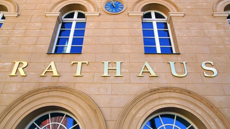 Das Bild zeigt den Eingang eines Rathauses.