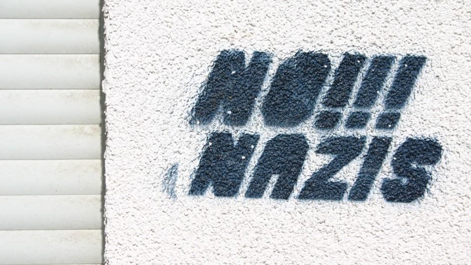 Bild mit Schriftzug No!!! Nazis an eienr Hauswand