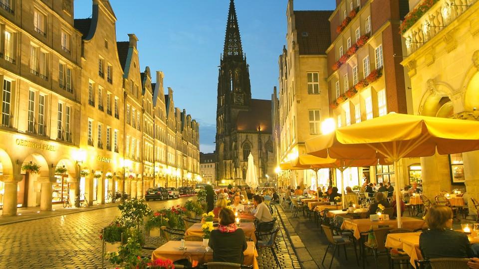 Auf dem Foto wird der Prinzipalmarkt in der Altstadt Münsters abgebildet.
