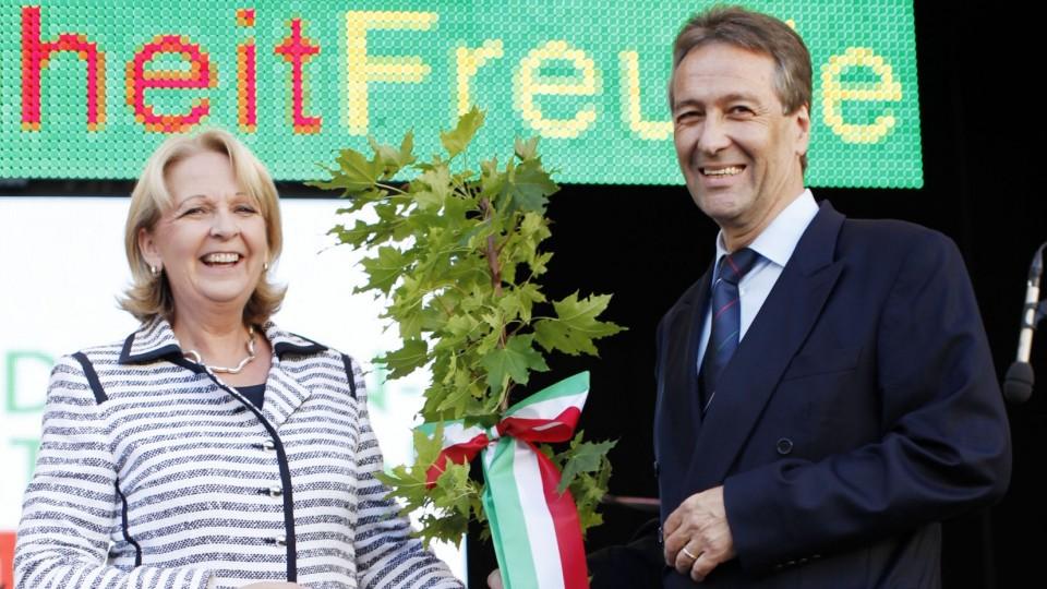 Sie sehen Ministerpräsidentin Kraft (links im Bild) und Bonns Oberbürgermeister Johannes Nimptsch bei der Eröffnung des NRW-Tages 2011 in Bonn.