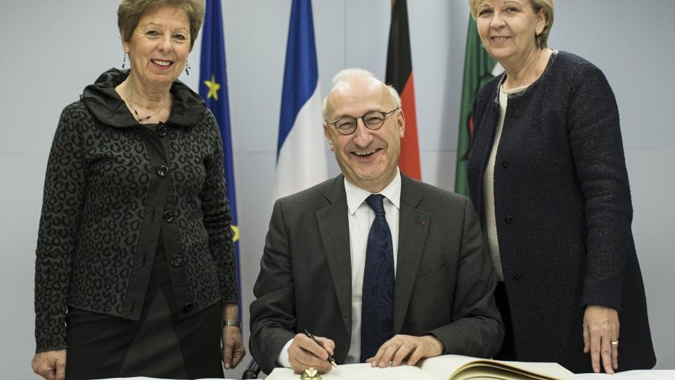 Das Foto zeigt den französischen Botschafter in der Mitte, links Europaministerin Schwall-Düren, rechts Ministerpräsidentin Kraft.