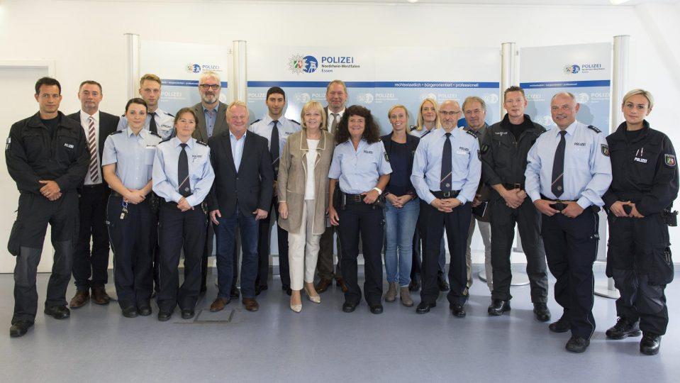 Gruppenfoto mit Ministerpräsidentin Hannelore Kraf und Polizistinnen und Polizisten