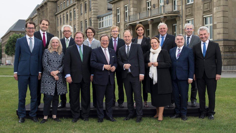 Gruppenfoto des Landeskabinetts vor dem Landeshaus in Düsseldorf