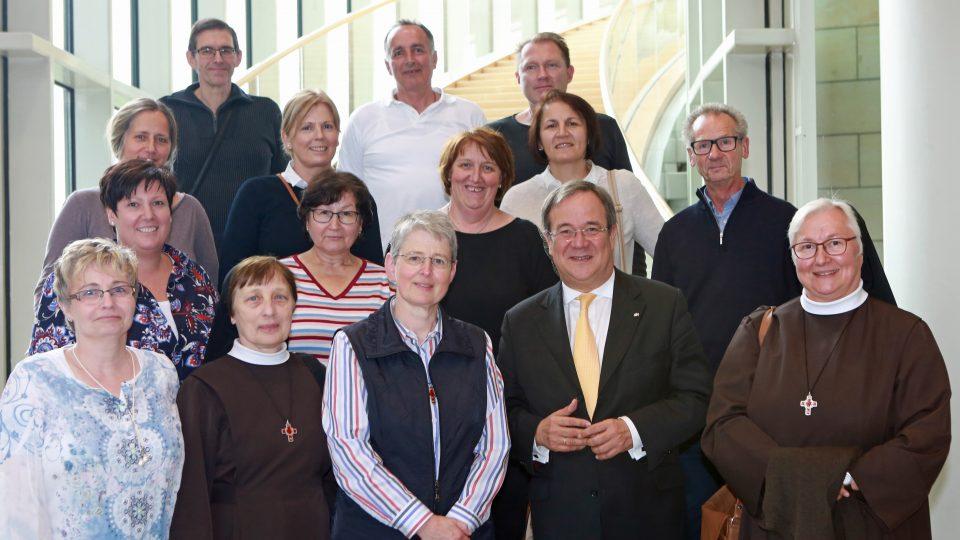 Portätfoto mit Ministerpräsident Armin Laschet und den Armen Schwestern vom Heiligen Franziskus aus Aachen.