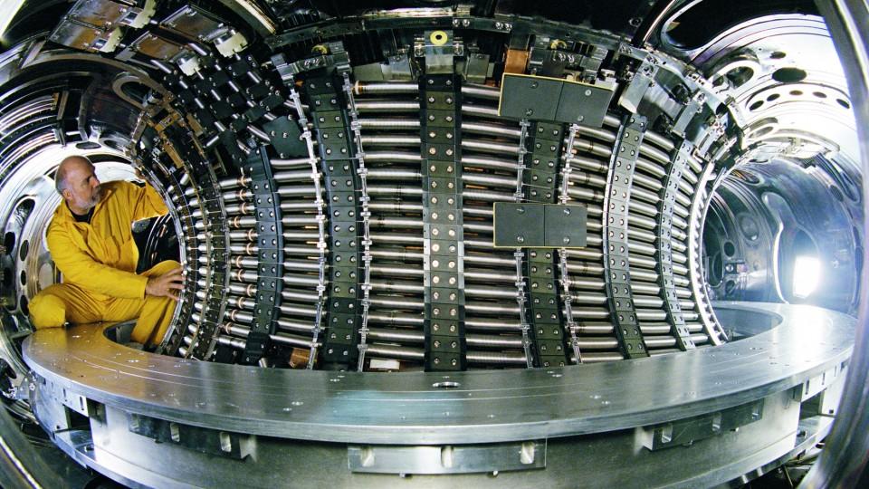 Das Bild zeigt Arbeiten am Teilchenbeschleuniger.