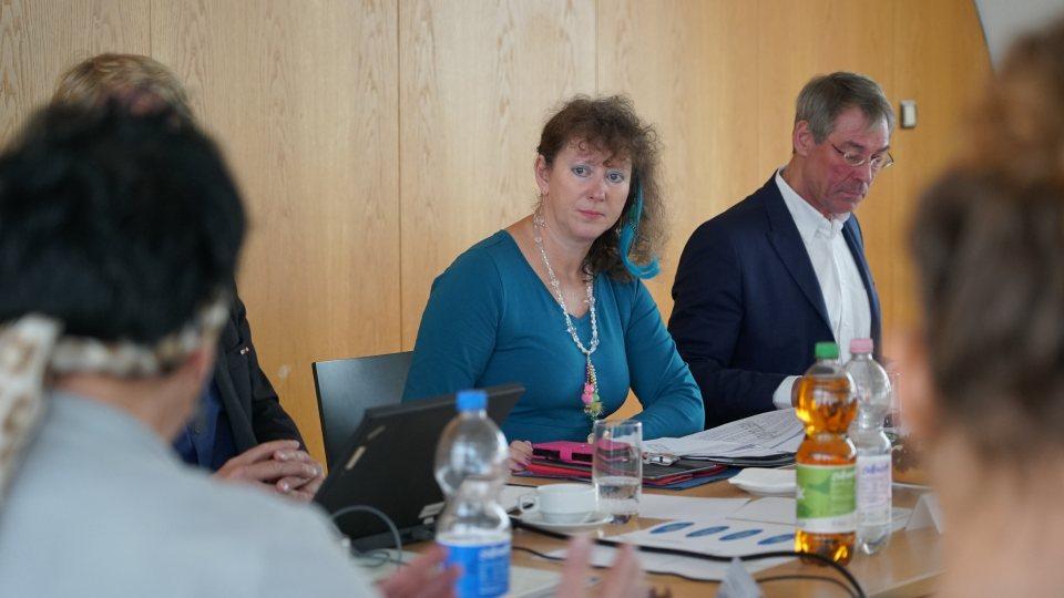 Nahaufnahme von Staatssekretärin Andrea Milz an einem Konferenztisch.