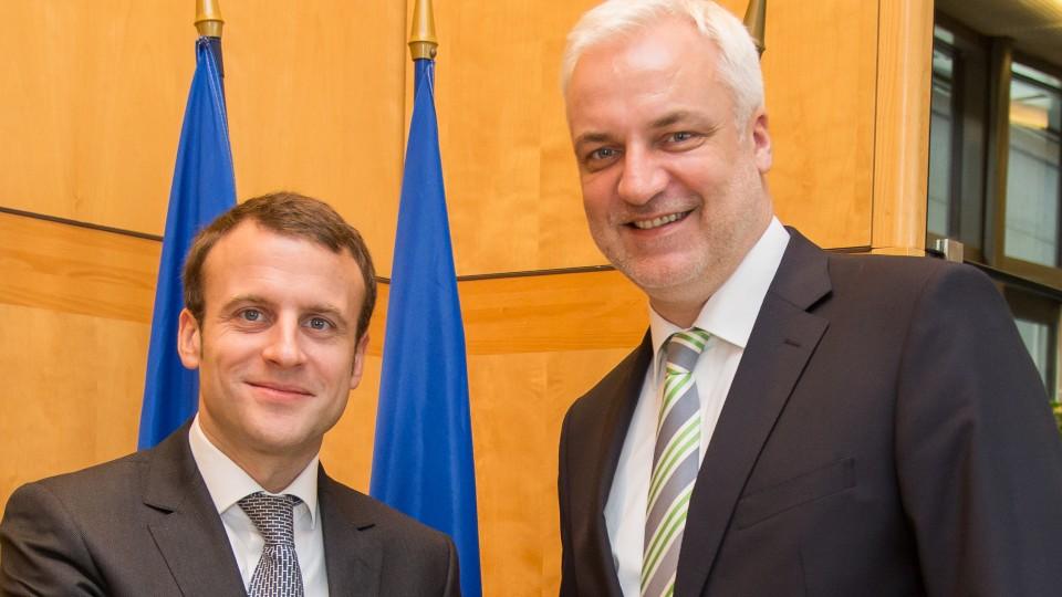 Frankreichs Wirtschaftsminister Emanuel Macron (l.) begrüßt NRW-Wirtschaftsminister Garrelt Duin in Paris.