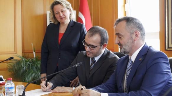 Am zweiten Tag der Delegationsreise nach Istanbul unterzeichneten Dr. Bayram Aslan (Institut für Textiltechnik an der RWTH Aachen) und Prof. Dr. Mehmet Akalin, Vize-Rektor der Marmara Universität, einen Kooperationsvertrag, der beide Hochschulen enger zusammenbringen soll.