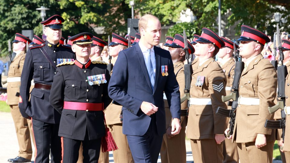 Prinz William schreitet an der Brigade vorbei
