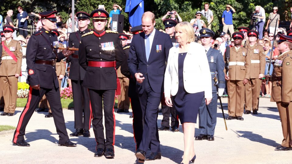 Prinz William und Ministerpräsidentin Hannelore Kraft schreiten an der Brigade vorbei