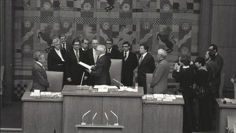 Das Bild zeigt das 1. Kabinett von Ministerpräsident Rau bei der Vereidigung.