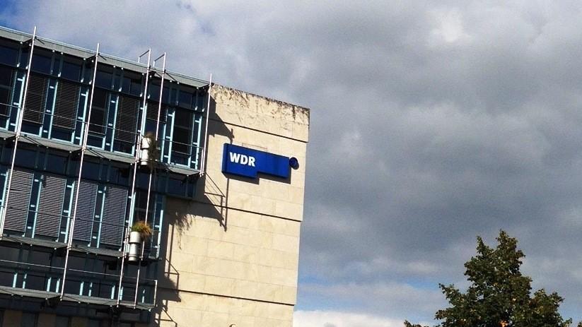 Fot des Düsseldorfer WDR-Gebäudes mit dem WDR-Logo