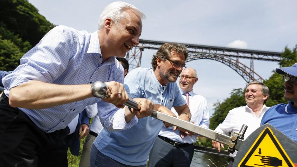 Das Foto zeigt Minister Duin gemeinsam mit seiner Delegation während seines Besuch in Müngsten.